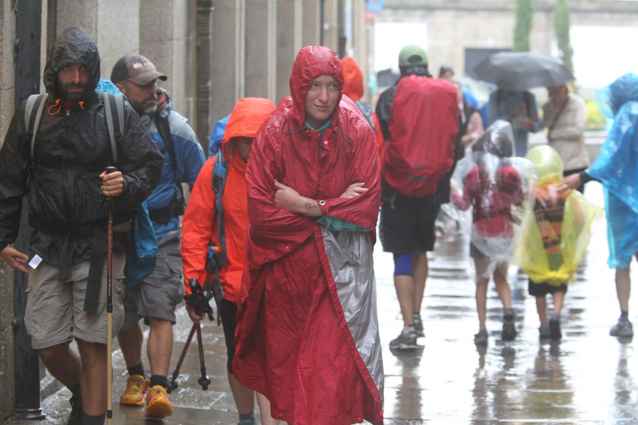 La lluvia sorprendi� ayer a los turistas y peregrinos que paseaban por el casco hist�rico.  - FOTO: R. Escuredo