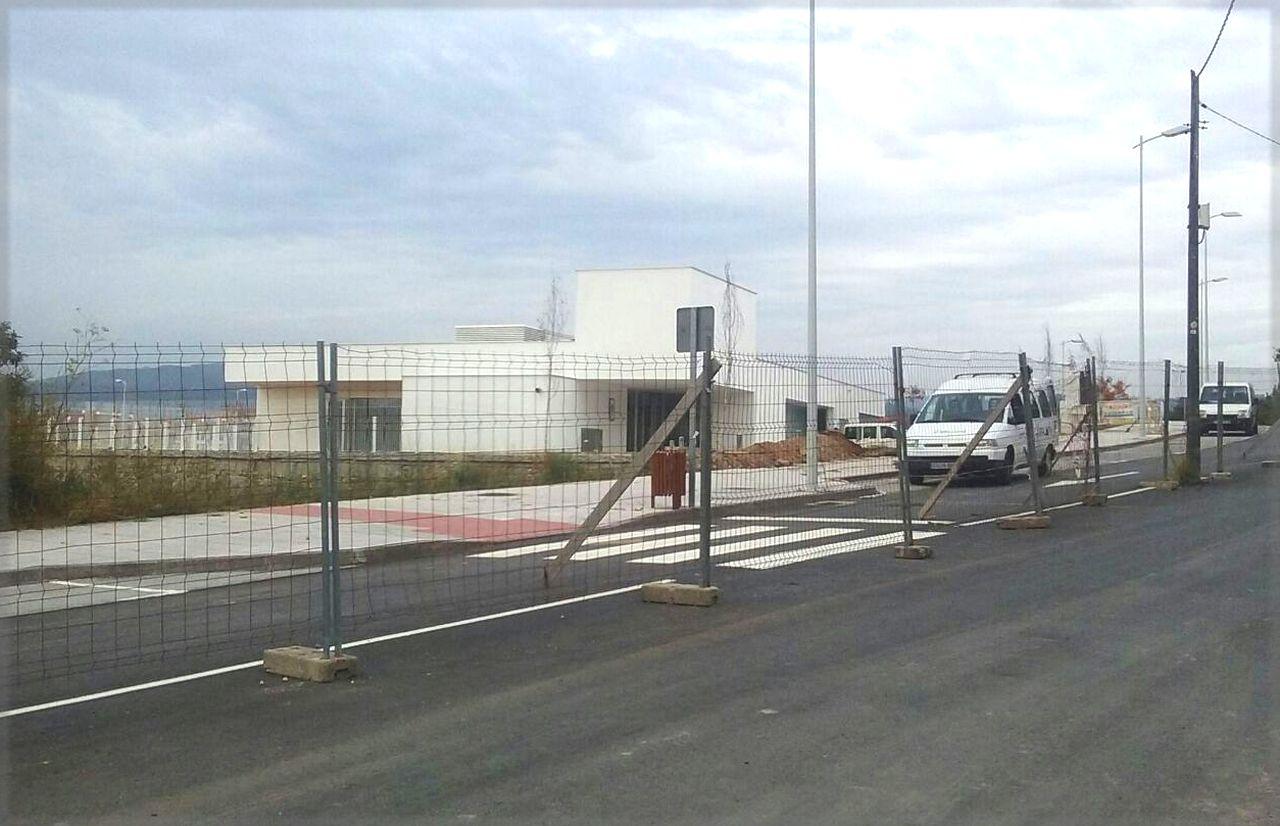 Una imagen de la nueva escuela infantil Gali�a Azul de Bertamir�ns, en Ames, y su entorno, a fecha de ayer.  - FOTO: PP