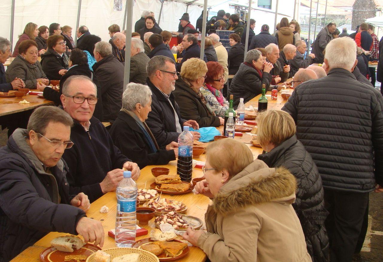 Exaltaci�n de la empanada 2016 en Val do Dubra, con una abrumadora presencia de mayores.  - FOTO: M.M.O.