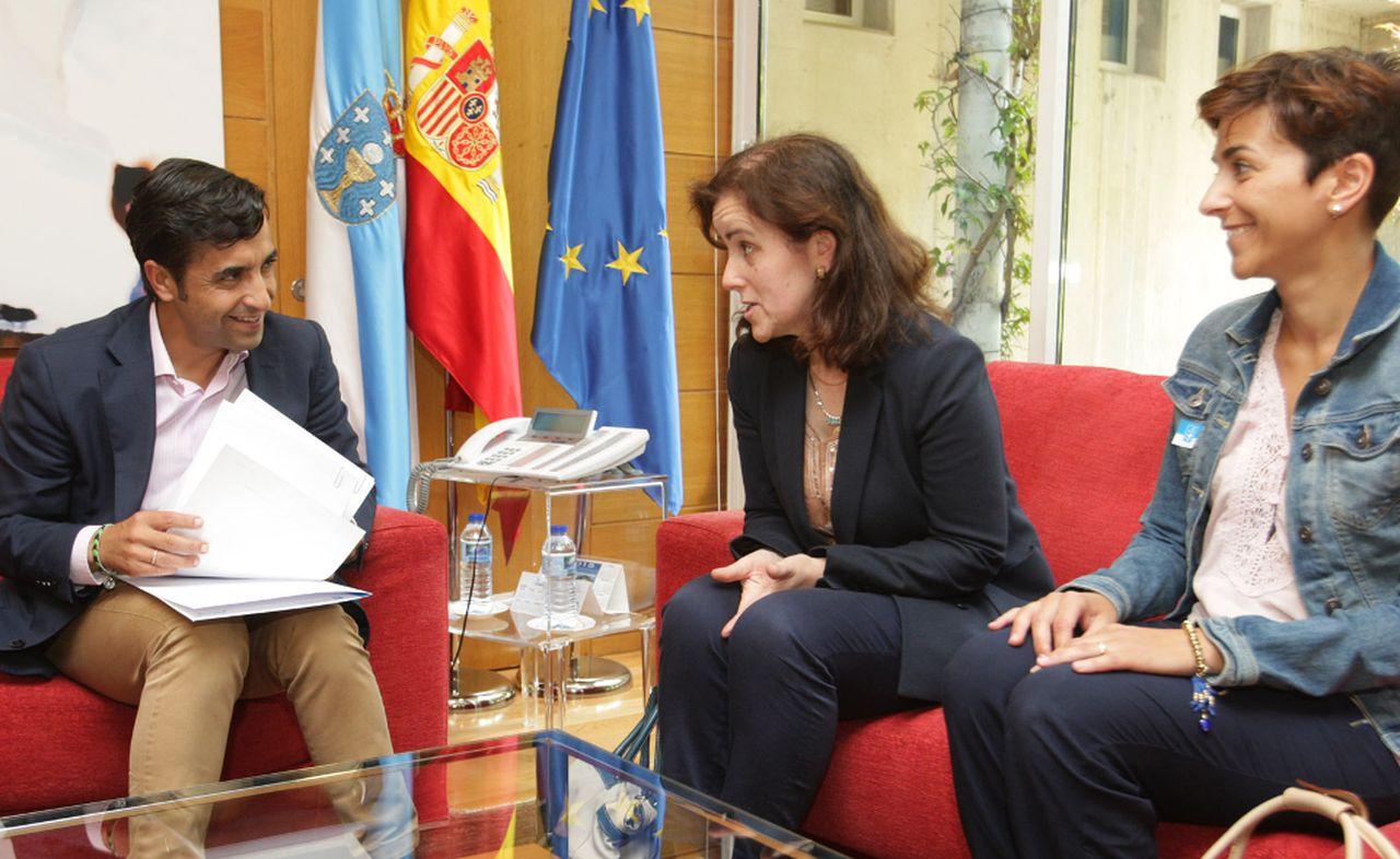El conselleiro Rey, por la izquierda, con la alcaldesa Mar�a Pose y Espasand�n.  - FOTO: Xunta