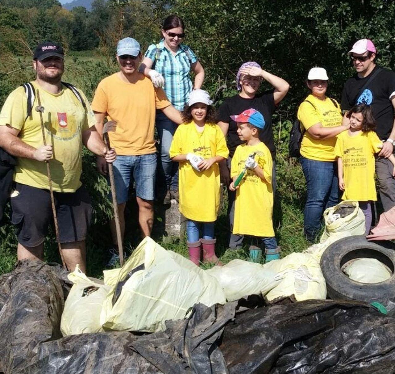 Parte de un grupo amiense que particip� en la VIII Limpeza Simult�- nea que se llev� a cabo el pasado a�o 2015 gracias a Adega.  - FOTO: Adega