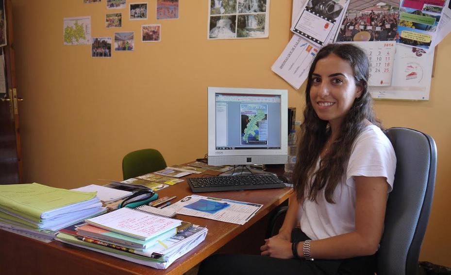 La responsable de la oficina tur�stica de Touro, Iris Oterio, en su despacho.  - FOTO: C.T.
