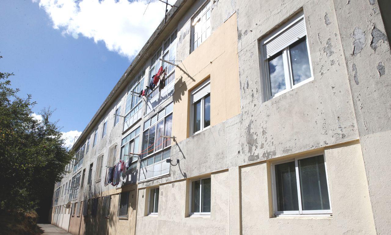 a amenaza de expropiaci�n hizo que los vecinos dejaran de invertir en el mantenimiento de los edificios. Despu�s de trece a�os los desperfectos son visibles en varios puntos, como  las escaleras o la propia fachada . - FOTO: Fernando Blanco