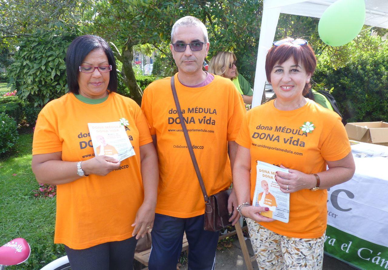 Mar�a �ngeles Rial, a la derecha, acompa�ada de otros dos voluntarios este s�bado en Noia.  - FOTO: M. G.