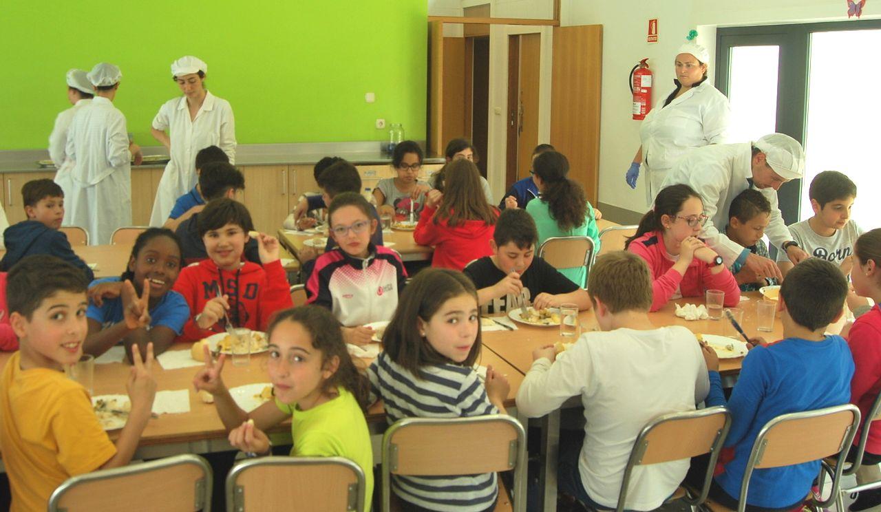 Personal y alumnos del colegio de Vent�n en plena degustaci�n de un men� de la red de comedores amienses. - FOTO: C.A.