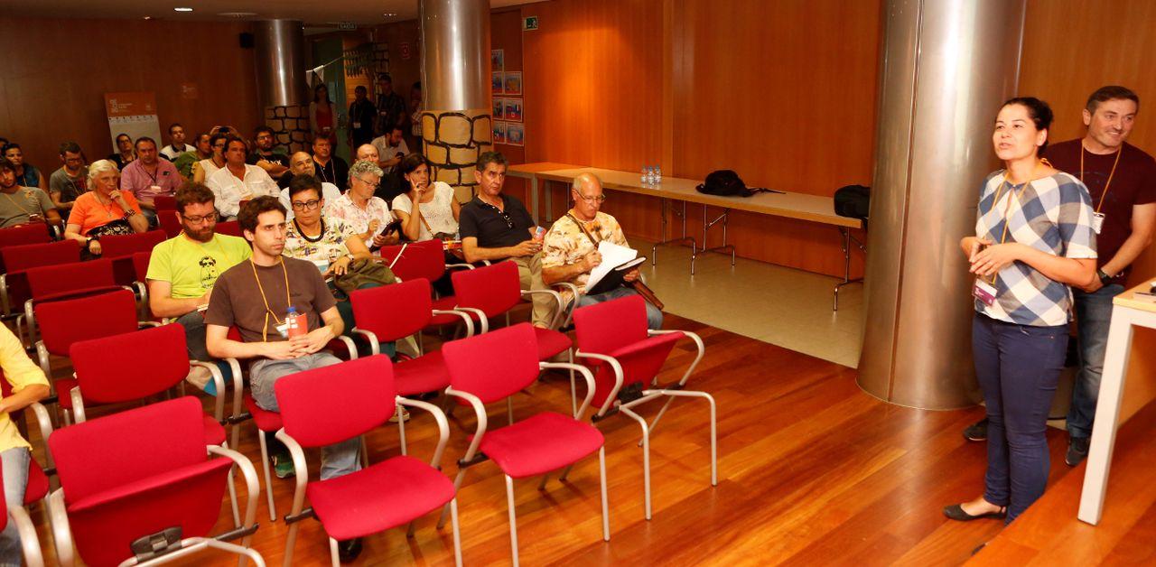Una de las asambleas abiertas para debatir sobre los presupuestos participativos de Raxoi.  - FOTO: Antonio Hern�ndez