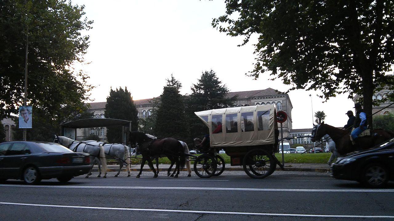 Un carro de caballos circula por la zona de San Caetano, a primera hora de este jueves - FOTO: L.E.
