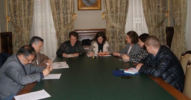 Unha reuni�n anterior co sector hostaleiro - FOTO: Concello de Santiago