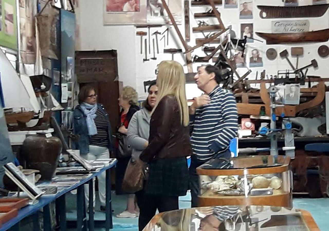 Visitantes recorren este domingo el museo.  - FOTO:  F. G.
