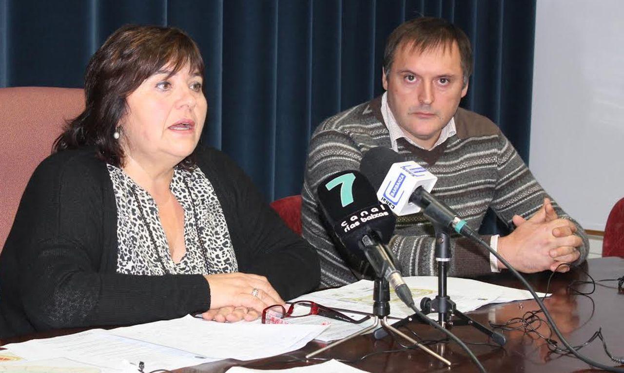 Teresa Villaverde, acompa�ada de uno de sus concejales, presenta los informes contra la instalaci�n. - FOTO:  C. L.