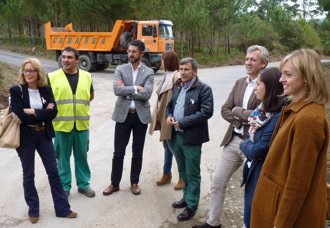 Alfonso Rueda, tercero por la dcha., ayer con Ruiz y Oujo en el vial que une Ribeira y O Son.  - FOTO:  Suso Souto