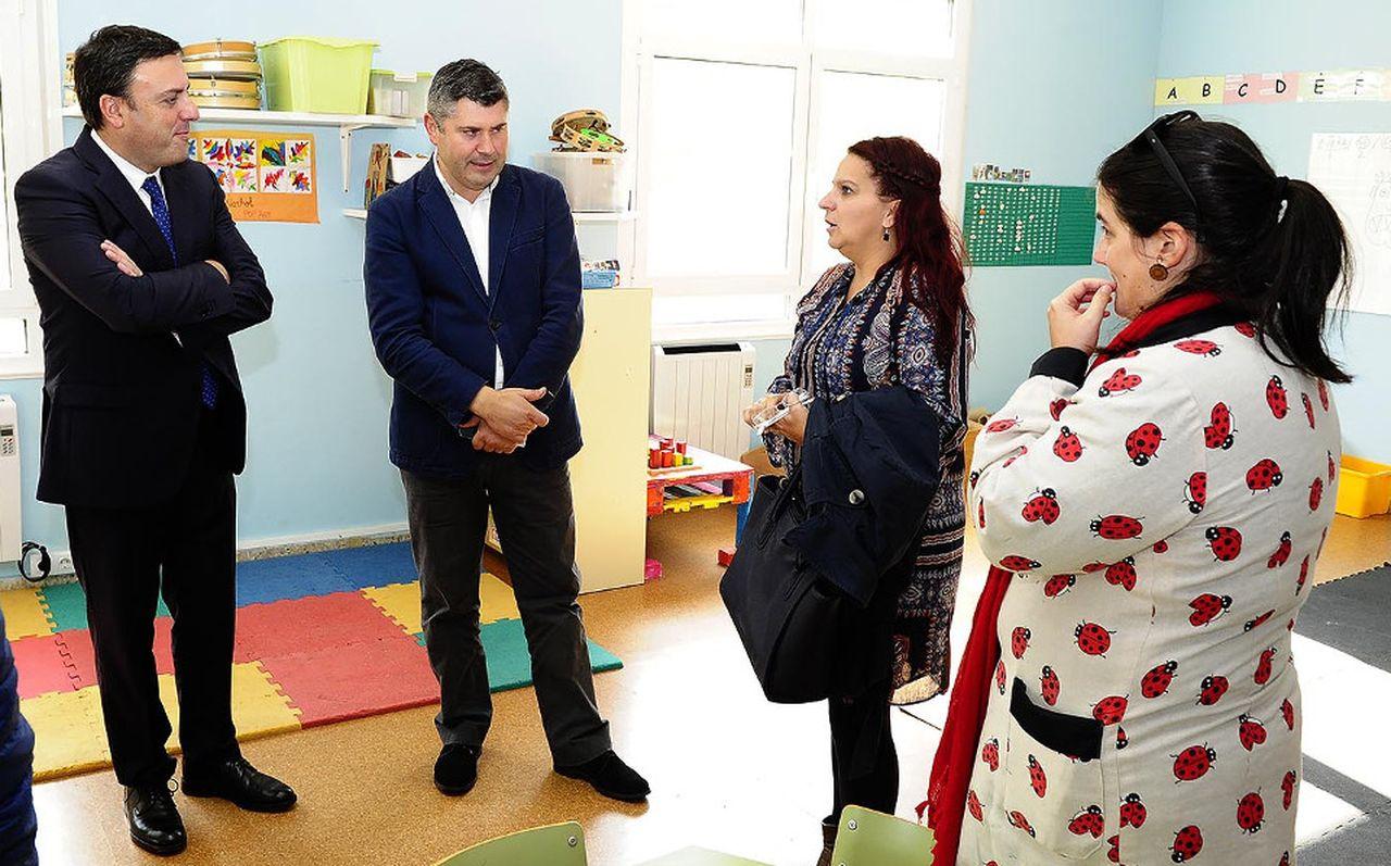 Gonz�lez (izq.) estuvo con Rodeiro y maestros de la escuela unitaria de Camporrapado - FOTO: X.