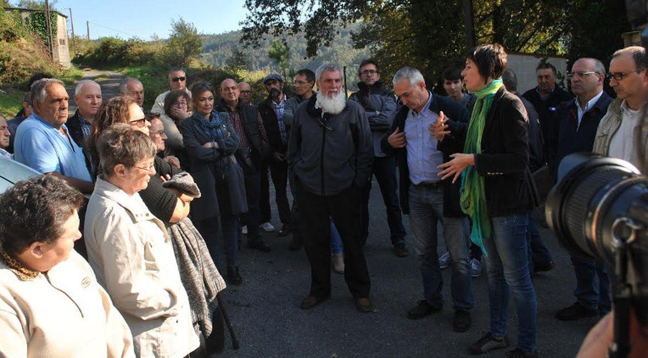 Pont�n, onte, na aldea de Mir�n con concelleiros e veci�os. - FOTO: BNG