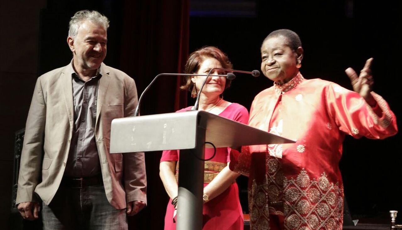 Calypso Rose (dcha.) recibi� el premio a la mejor artista del Womex.  - FOTO: Xavier Belho