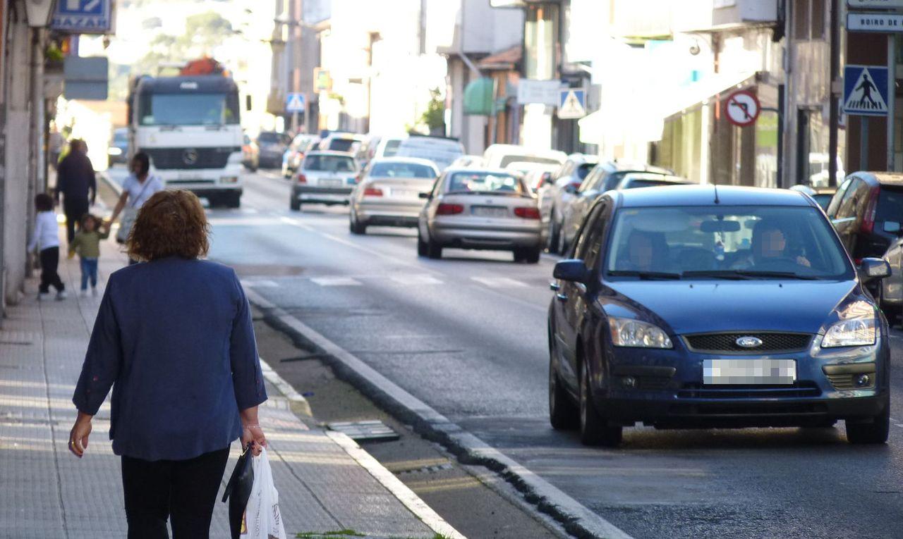 Imagen de veh�culos transitando por la calle Principal de Boiro frente a la casa consistorial.  - FOTO: Suso Souto
