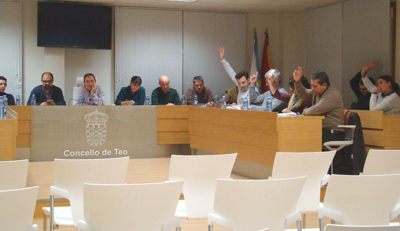 Un momento de la sesión plenaria celebrada ayer en la casa consistorial de Teo.  - FOTO: M.M. Kiko Delgado