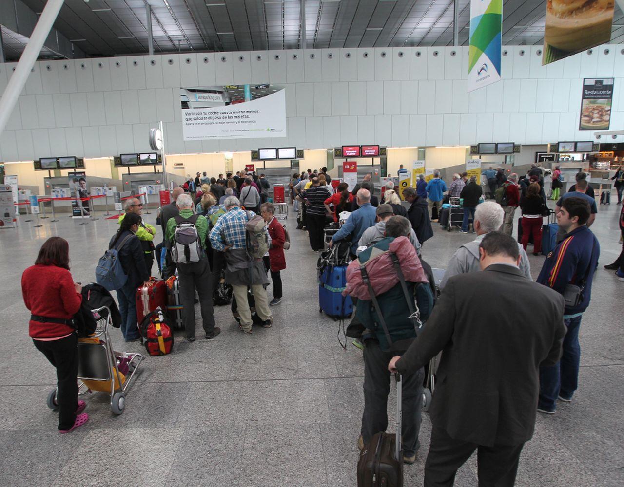 Pasajeros esperando para facturar en el aeropuerto de Lavacolla.   - FOTO: Ramón Escuredo