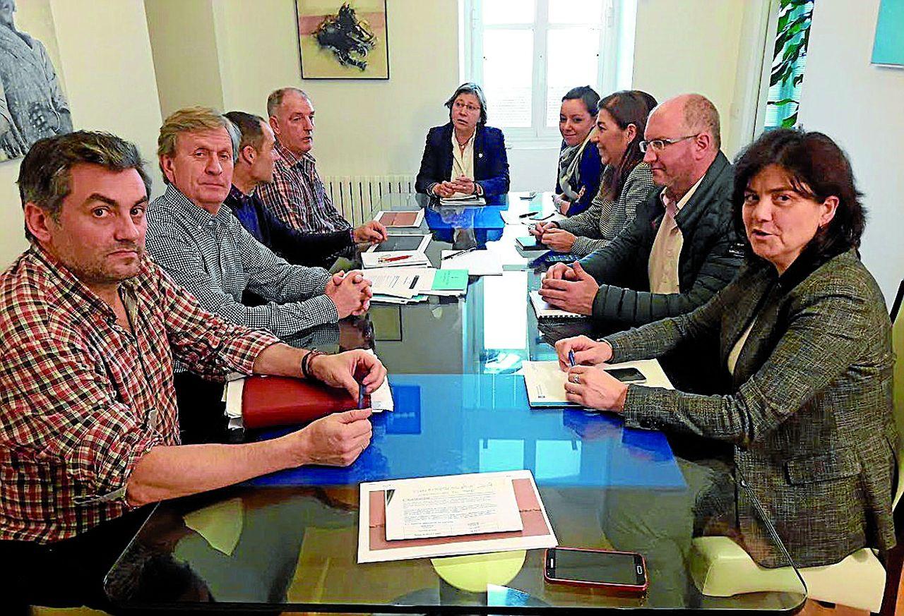 Los miembros del pósito durante su reunión con las responsables de Mar, el alcalde y el diputado. - FOTO: C. N.