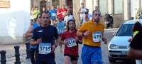 Adultos a su paso por la Praza da Universidade (06)