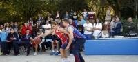Los jugadores del Obradoiro juegan en la calle al baloncesto